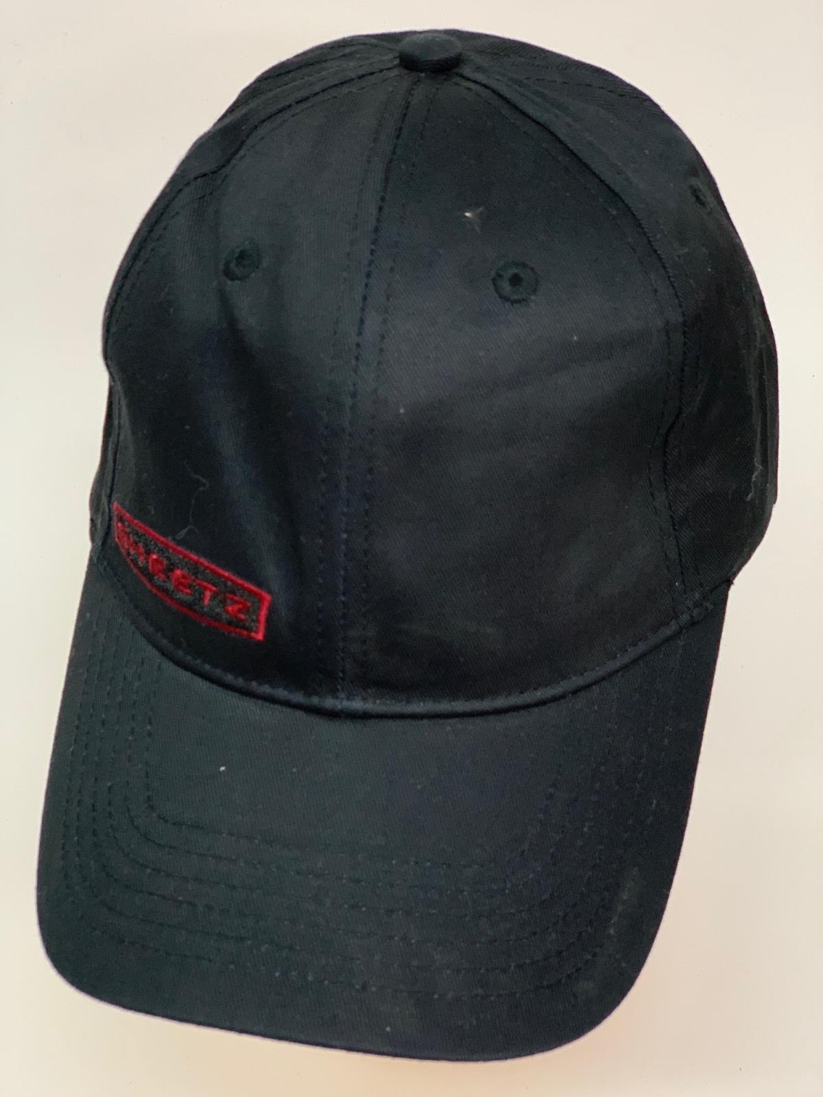 Черная бейсболка с красной лаконичной нашивкой