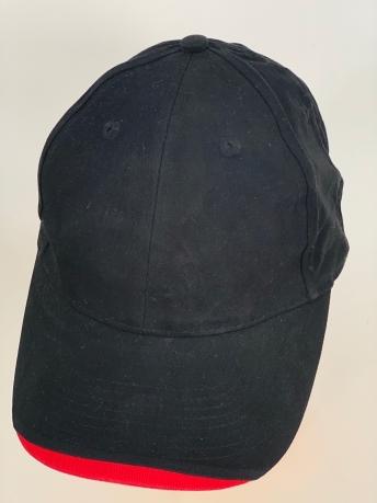 Черная бейсболка с красной вставкой на козырьке