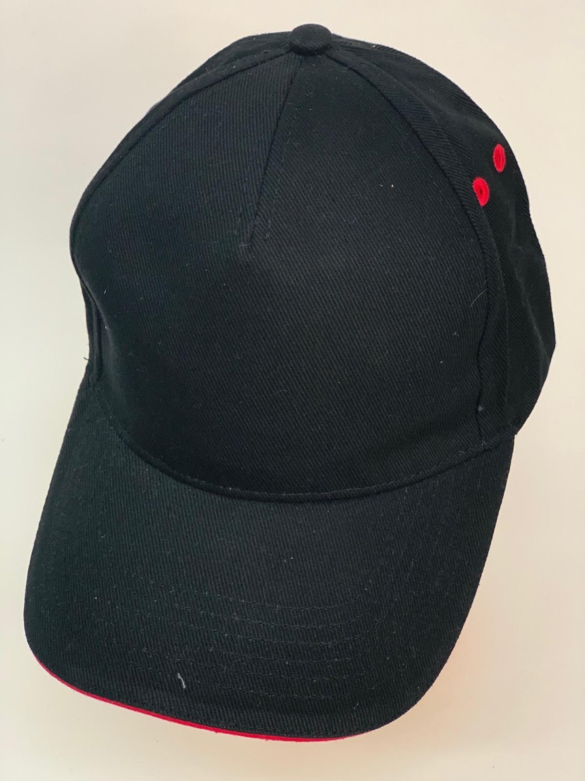 Черная бейсболка с красными люверсами и шнуром