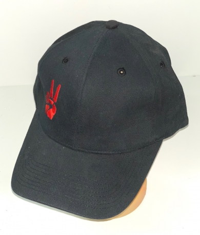 Черная бейсболка с крутой красной вышивкой
