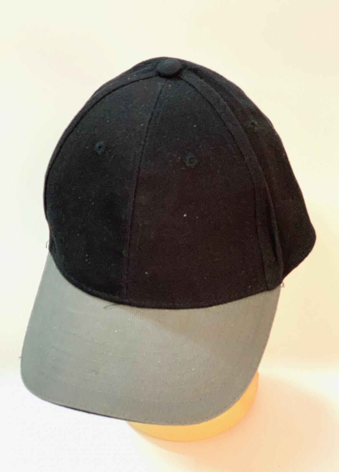 Черная бейсболка с серым козырьком