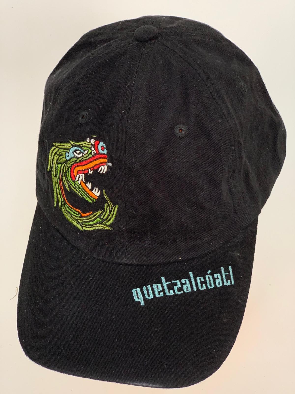 Черная бейсболка с вышитым драконом и голубой надписью