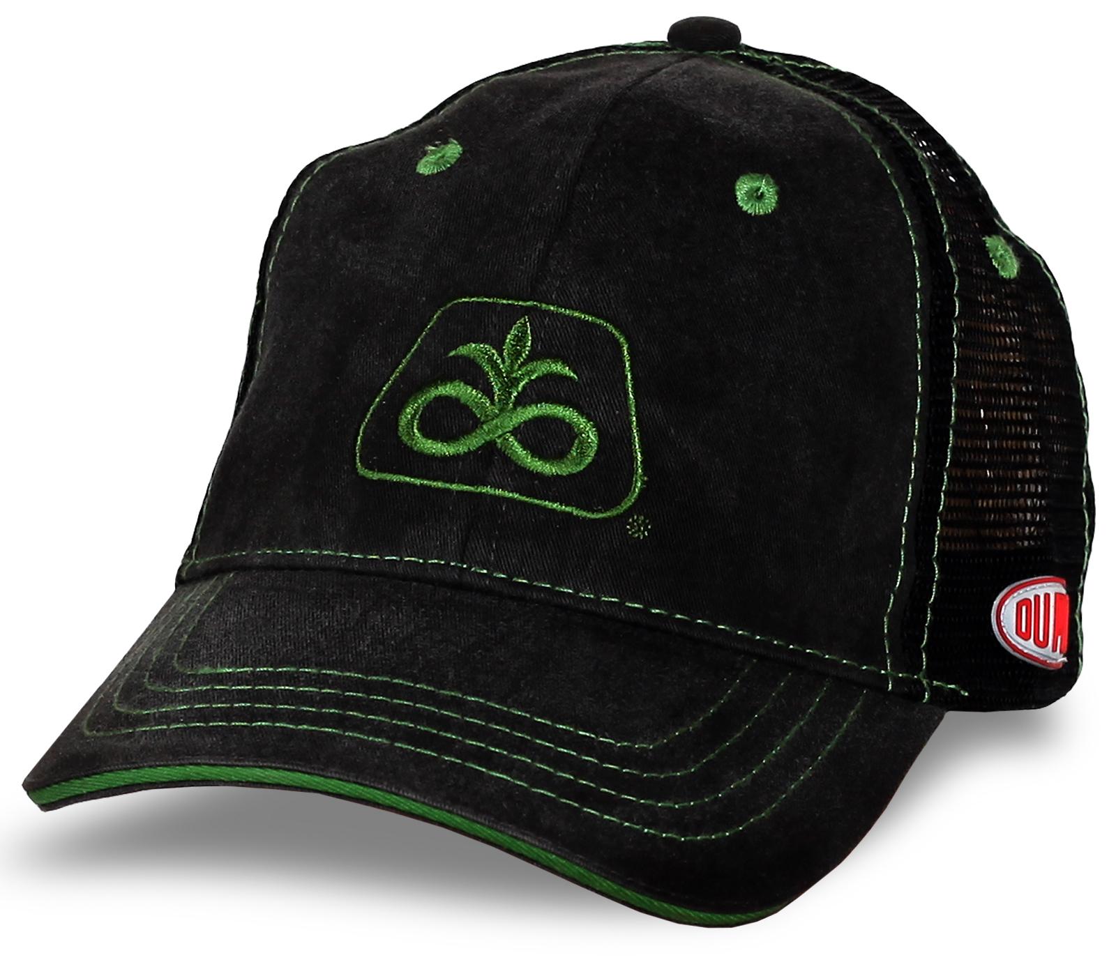 Черная бейсболка с вышитым логотипом и сеткой сзади