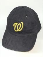 Черная бейсболка с ярко-желтой вышитой буквой