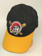 Черная бейсболка с желтым козырьком и зачетной вышивкой