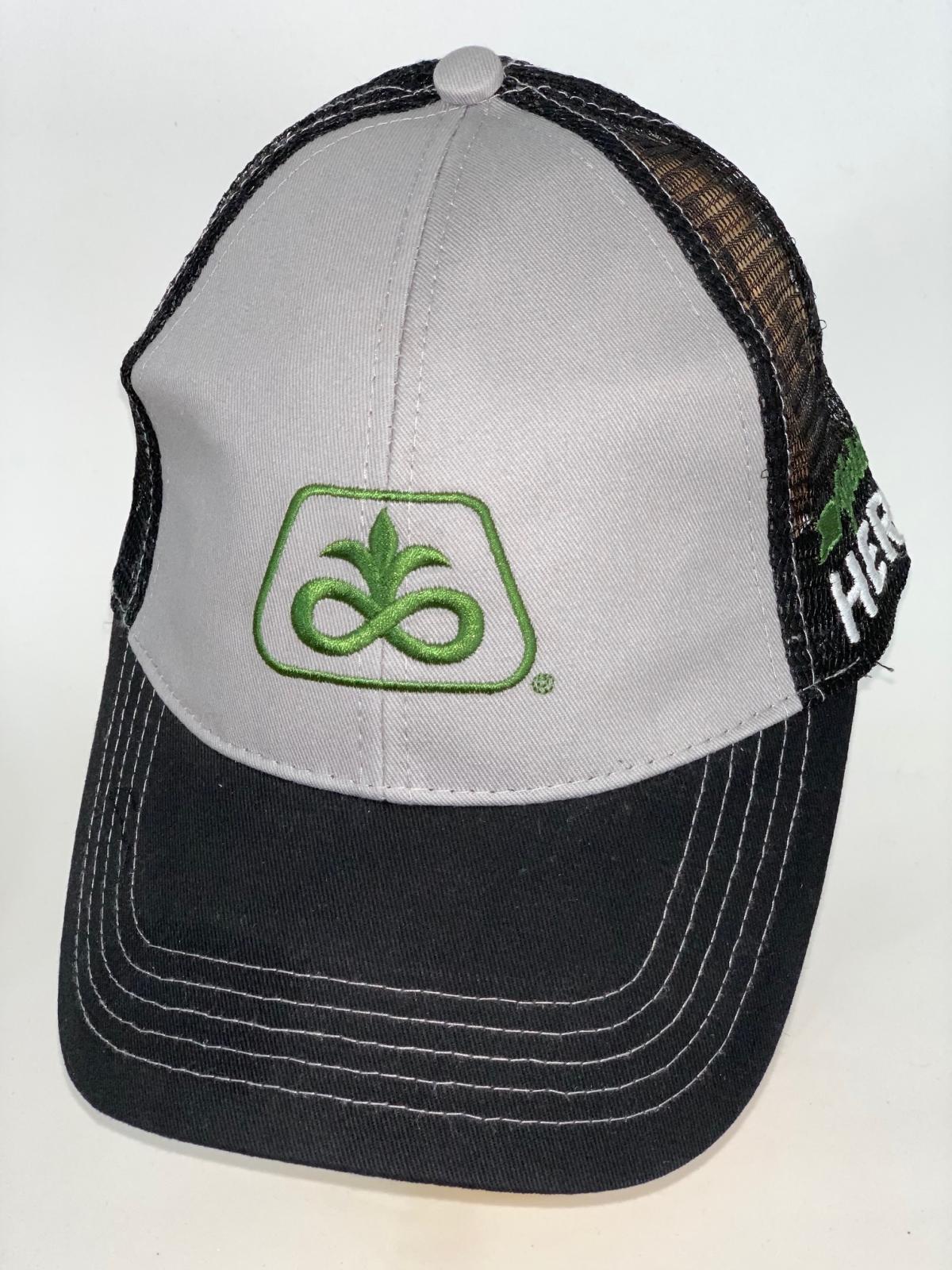 Черная бейсболка со светло-серой тульей и зеленой вышивкой