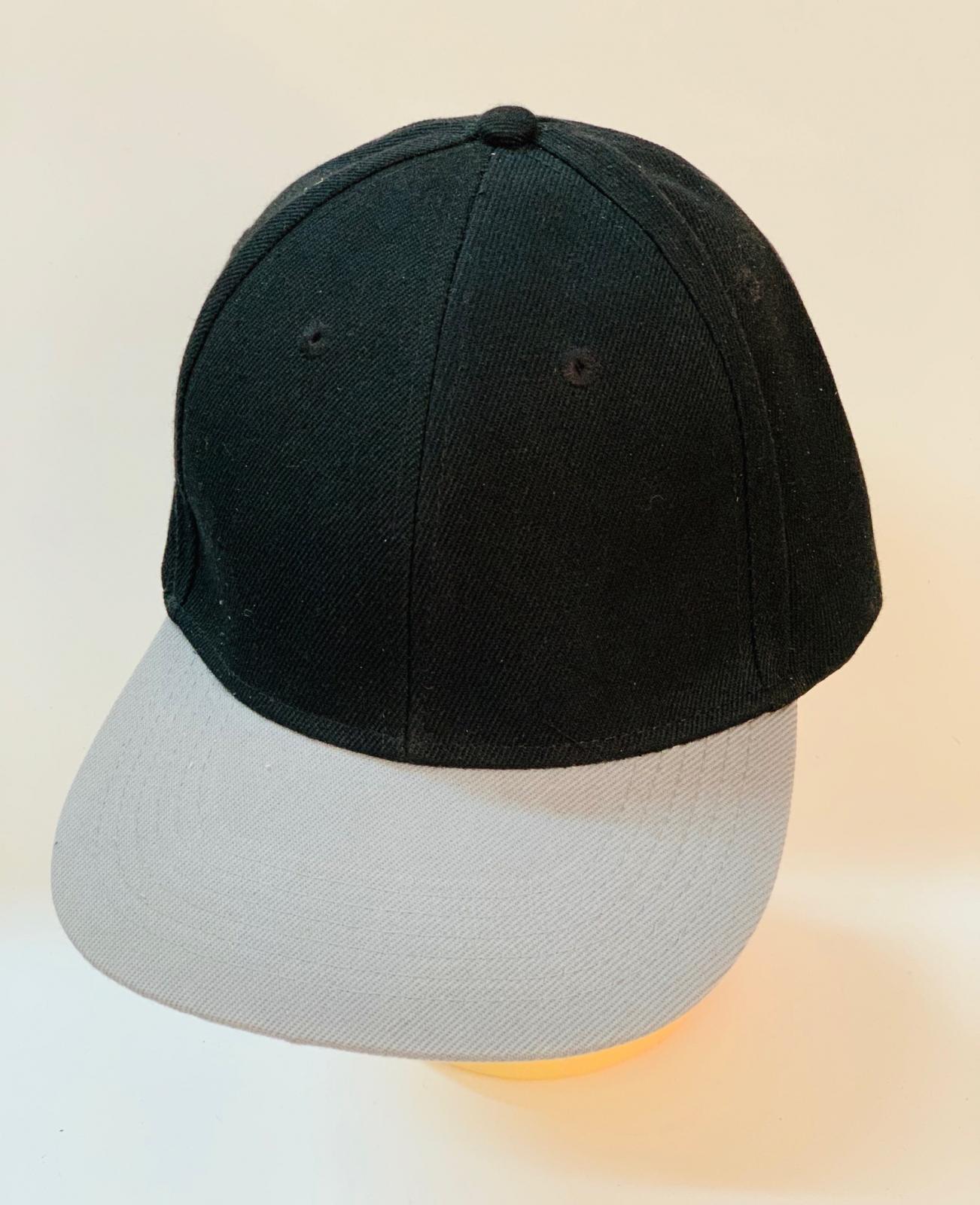 Черная бейсболка со светло-серым козырьком