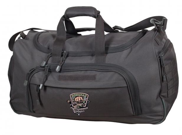 Черная дорожная сумка с тематической нашивкой для рыбаков