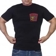 Черная футболка Победа с солдатом на фоне кирпичной стены