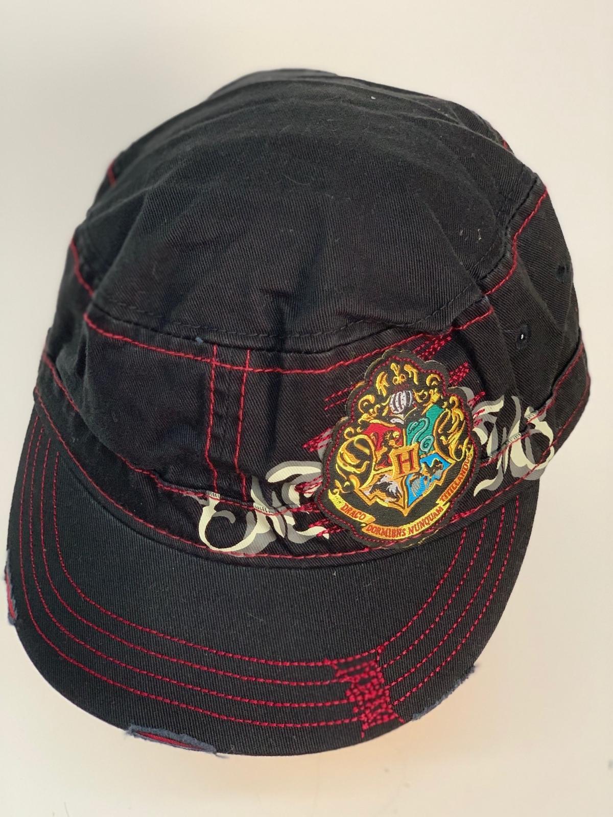 Черная кепка-немка с гербом и крутым принтом