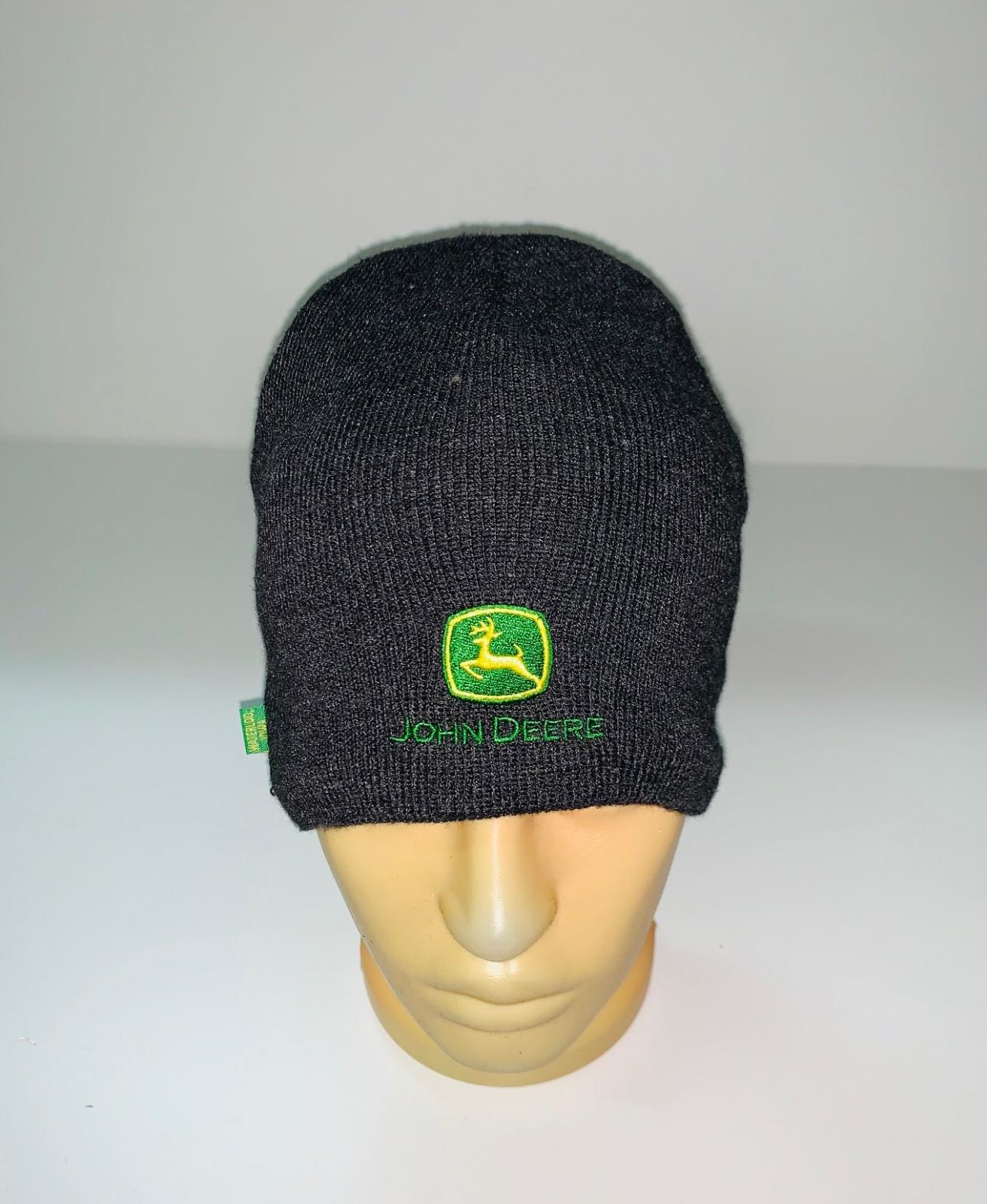 Черная крутая шапка с яркой нашивкой