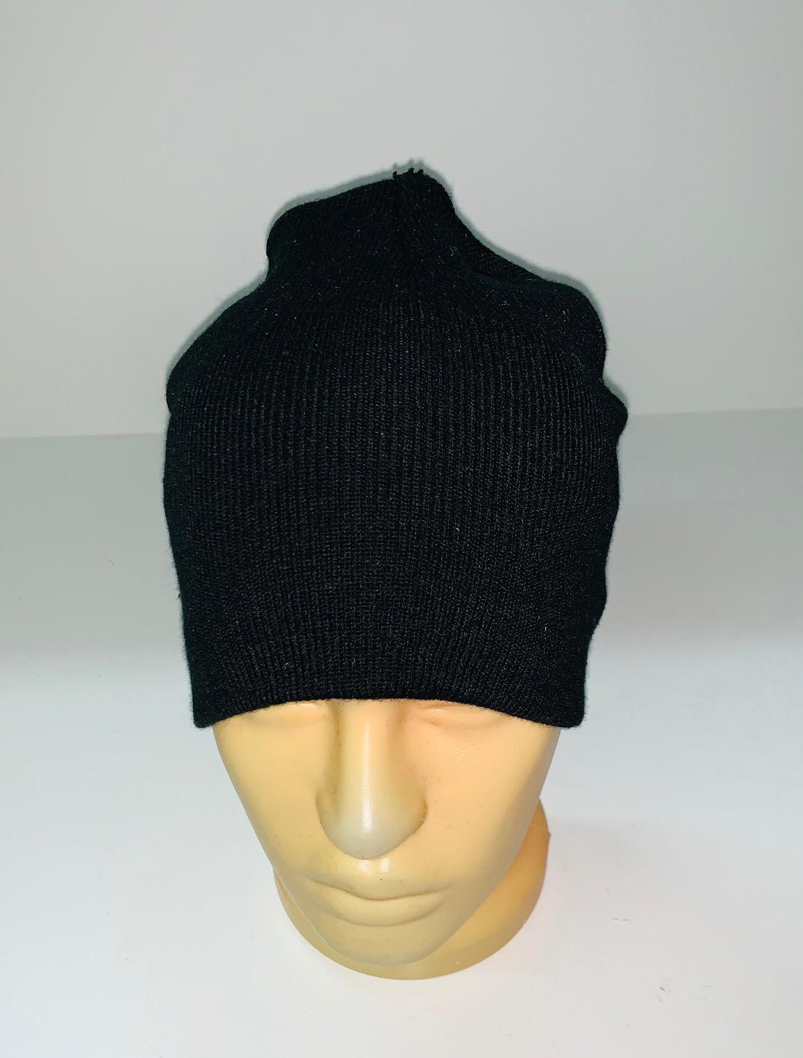 Черная лаконичная шапка