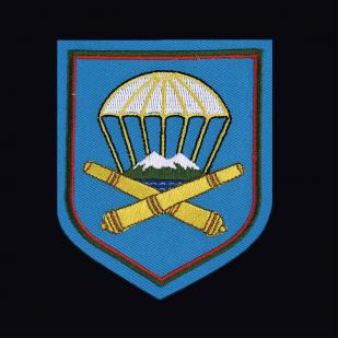 Черная мужская футболка с вышитым шевроном ВДВ 1141 Артполк 7 гв. ДШД - купить в подарок