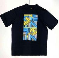 Чёрная мужская футболка с ярким геометрическим узором