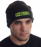 Черная мужская шапка трикотажной модели с нашивкой