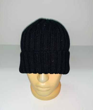 Черная шапка крупной вязки