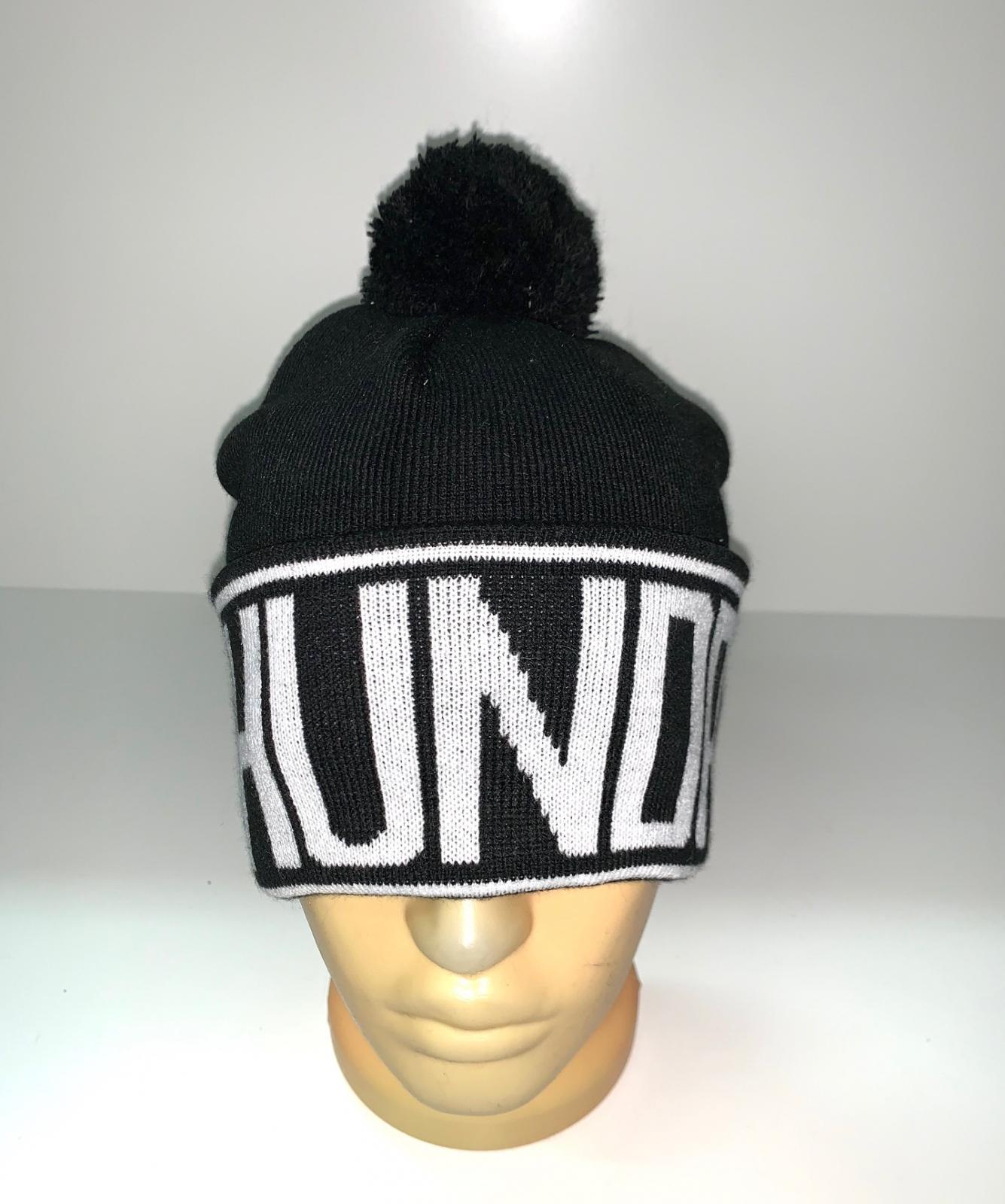 Черная шапка с белой надписью