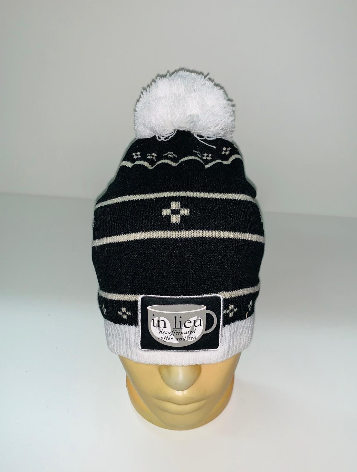 Черная шапка с белым помпоном и узором