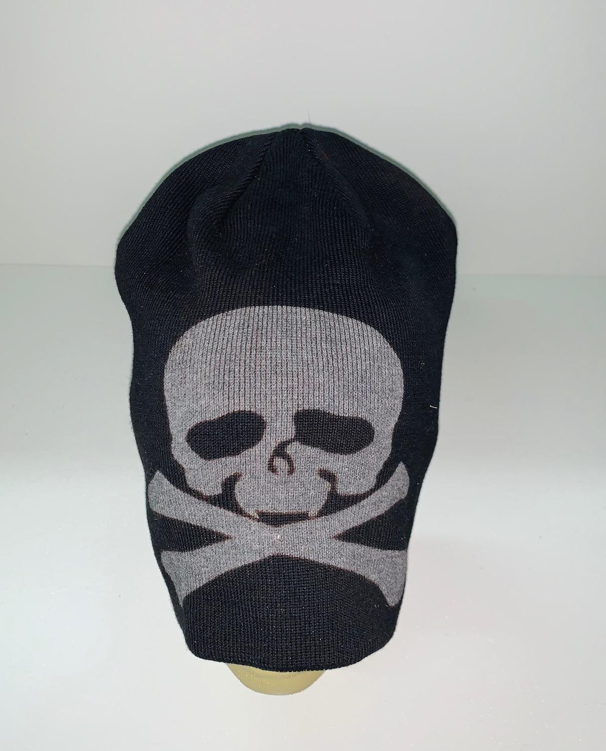 Черная шапка с черепом и костями