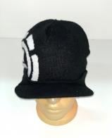 Черная шапка с козырьком и крупным узором