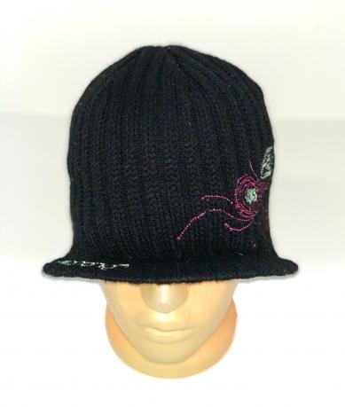 Черная шапка с козырьком и нежной вышивкой