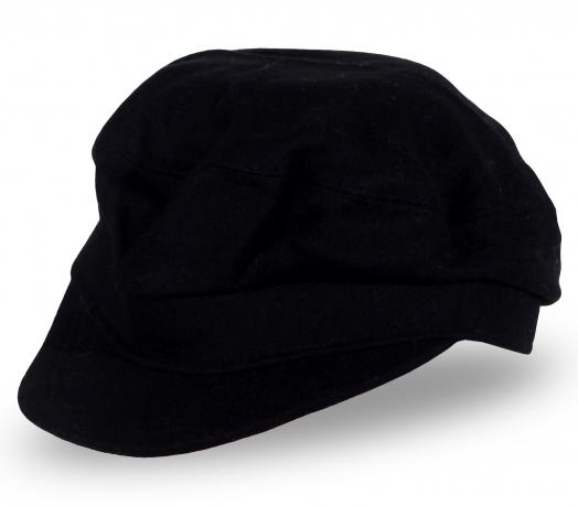 Черная шапка с козырьком