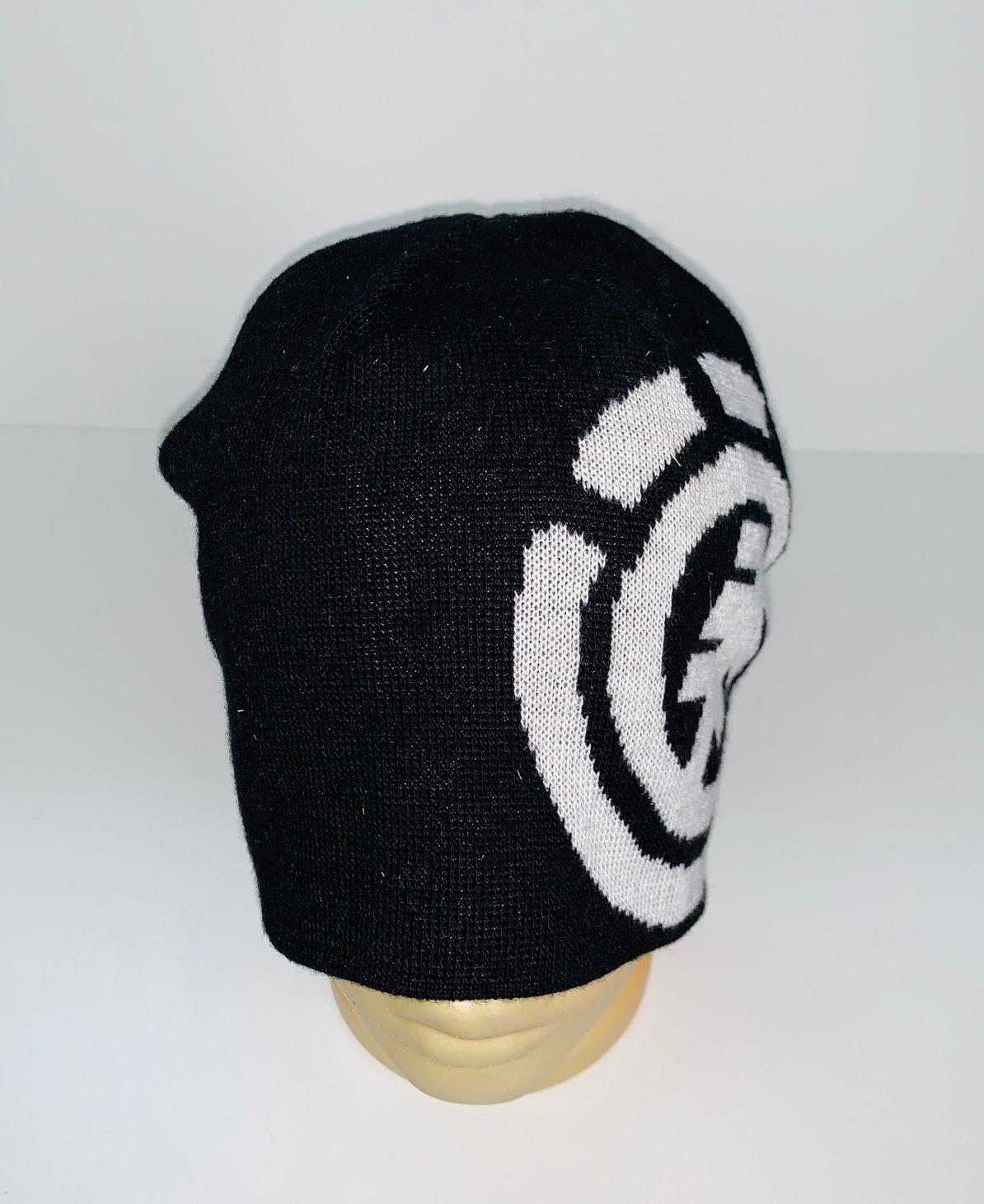 Черная шапка с крупным белым узором