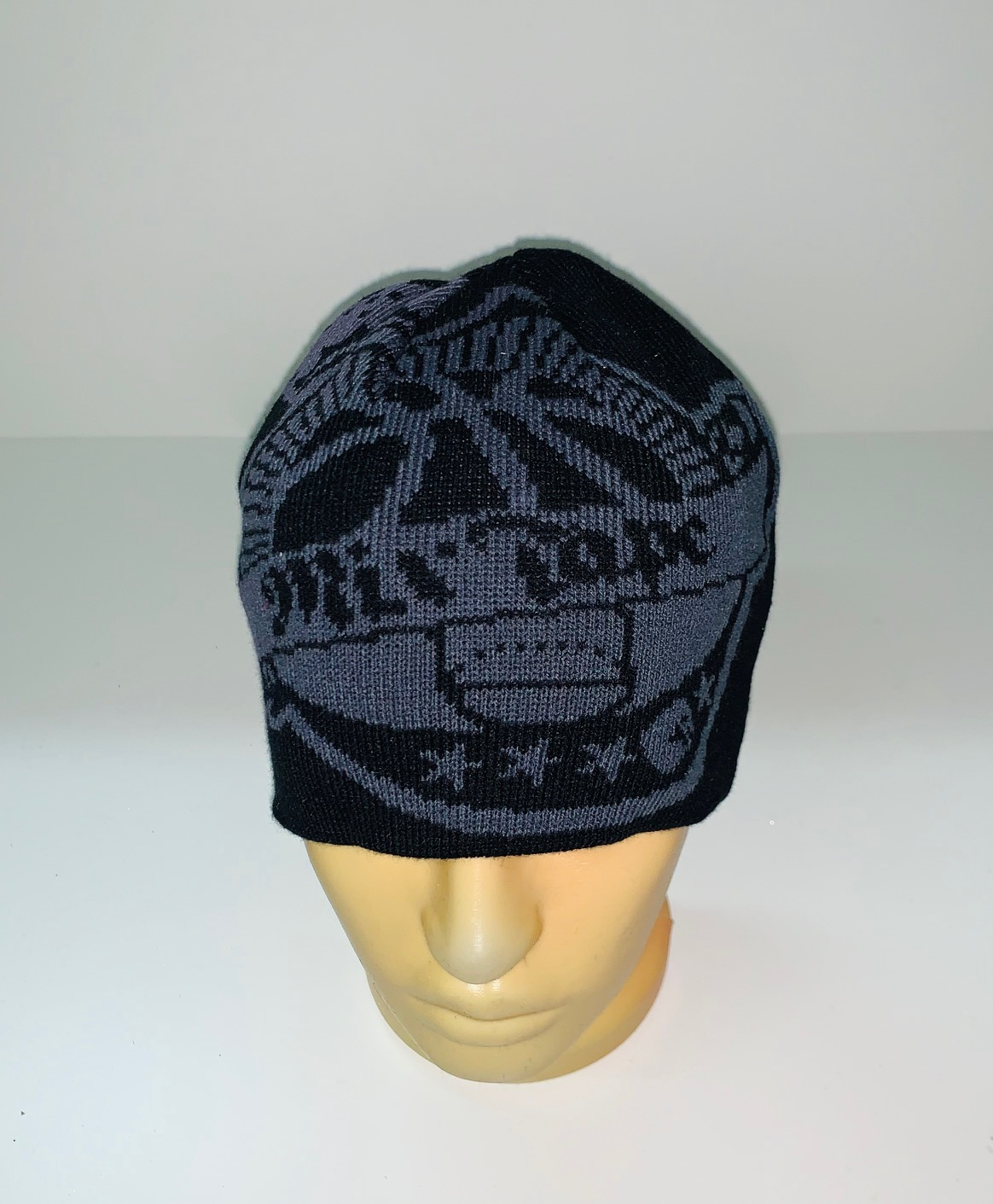 Черная шапка с крутым принтом