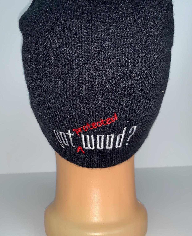 Черная шапка с оригинальной вышивкой