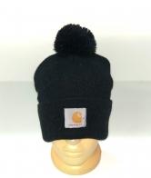 Черная шапка с помпоном и нашивкой