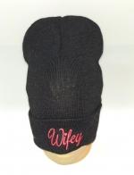 Черная шапка с розовой вышивкой