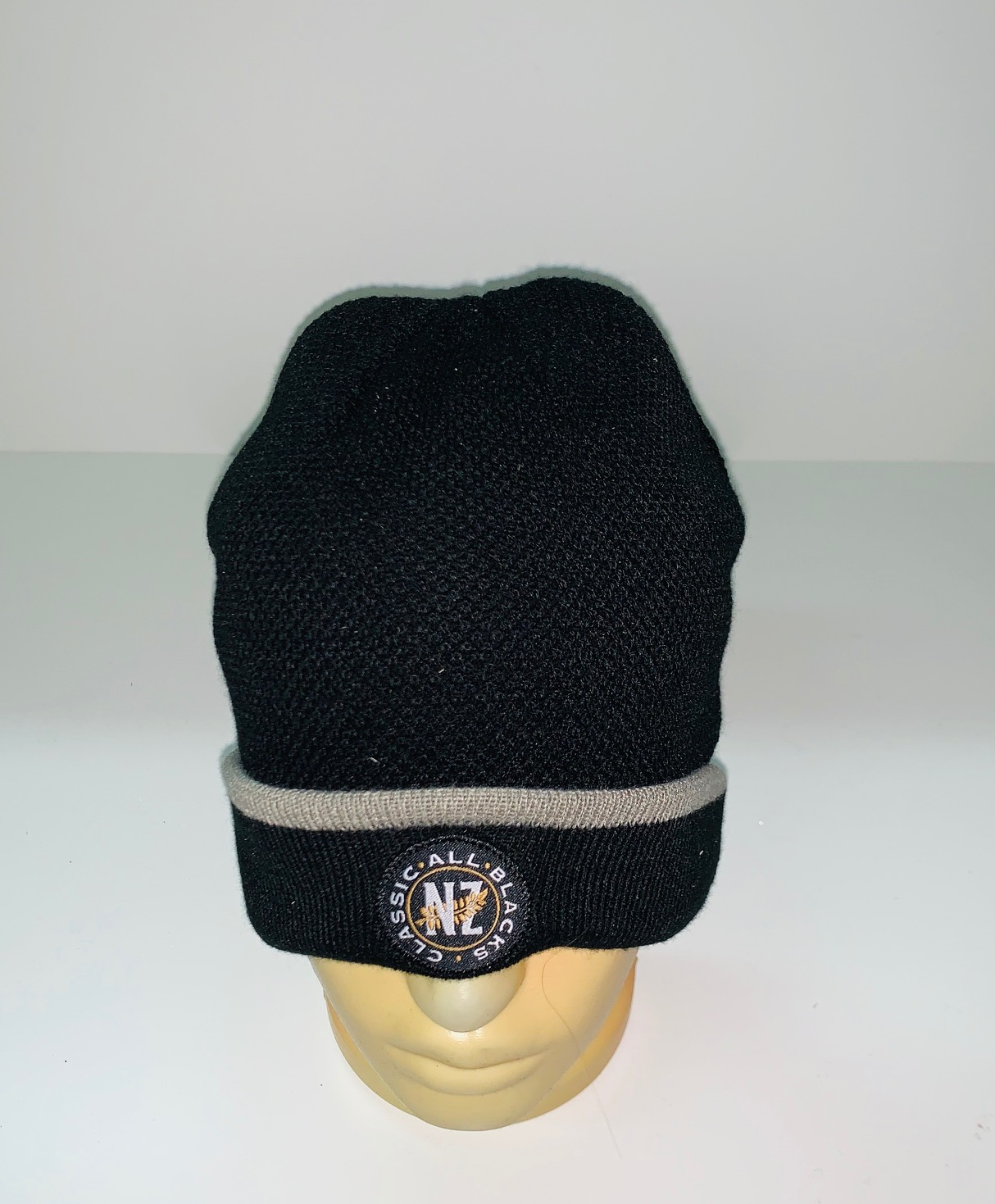 Черная шапка с серой полосой