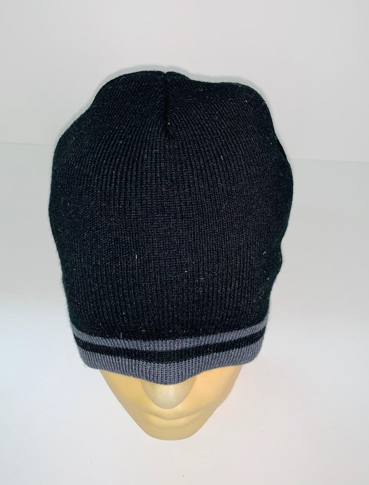 Черная шапка с серыми полосками