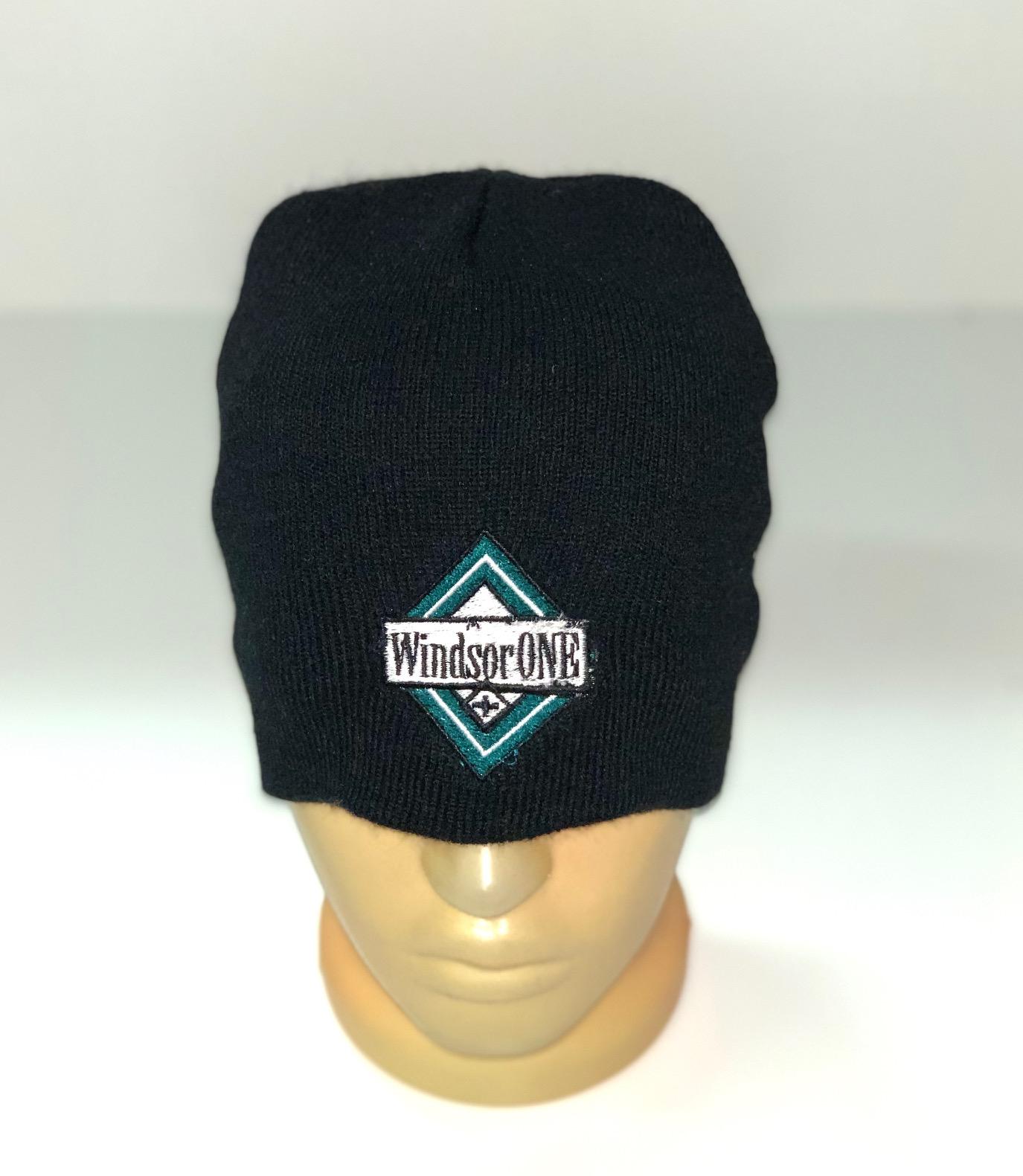 Черная шапка с цветной нашивкой