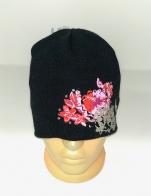 Черная шапка с цветочками