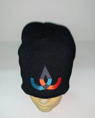Черная шапка с ярким узором