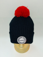 Черная шапка с ярко-красным помпоном