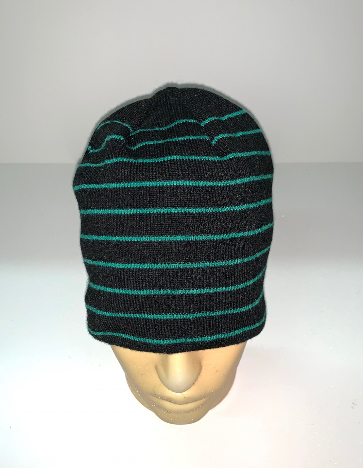 Черная шапка в зеленую полоску