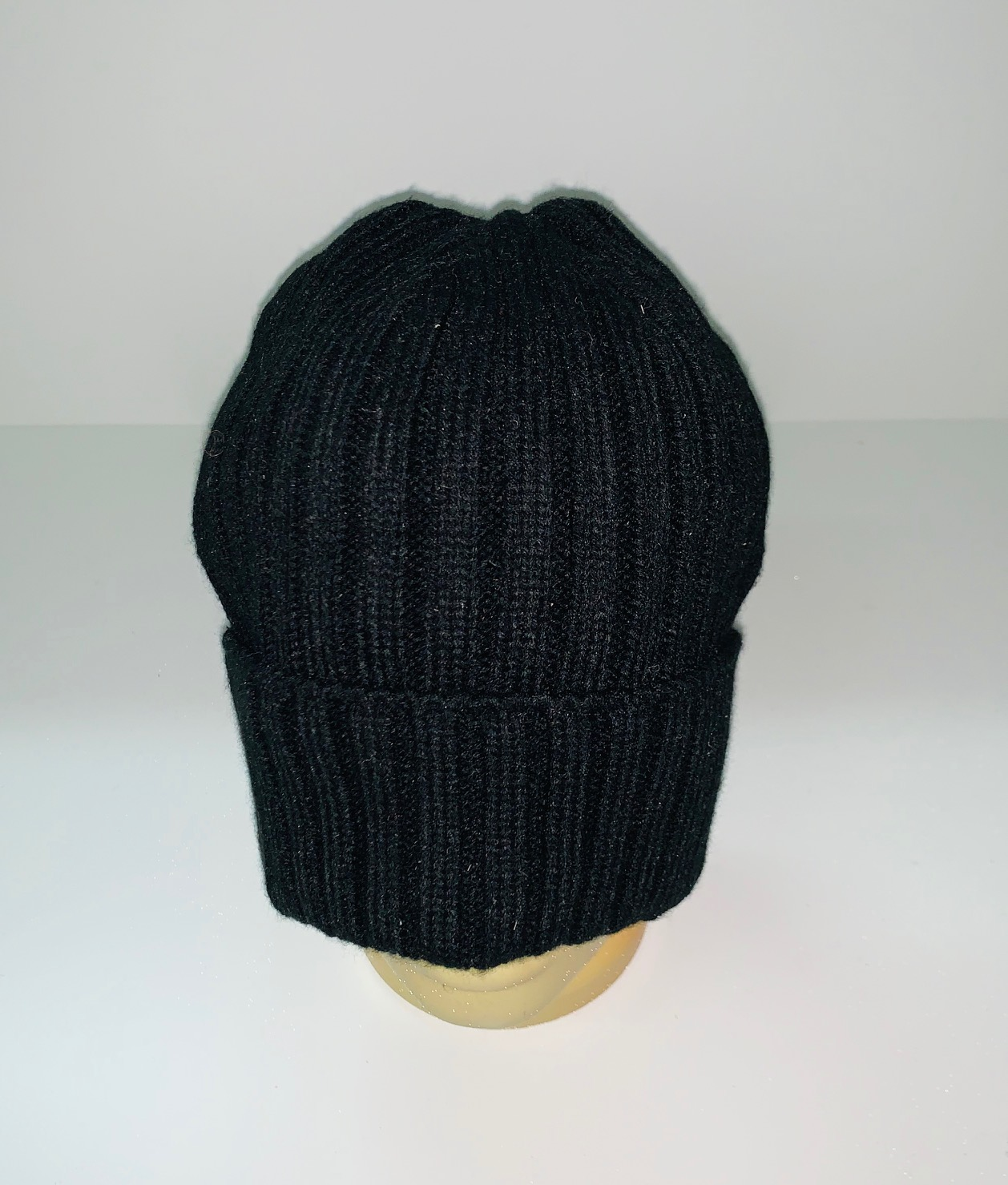 Черная вязаная шапка