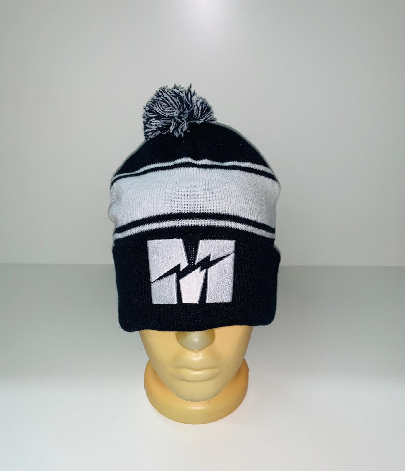 Черно-белая шапка с помпоном