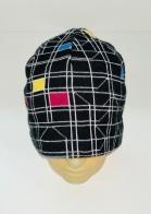 Черно-белая шапка с яркими элементами