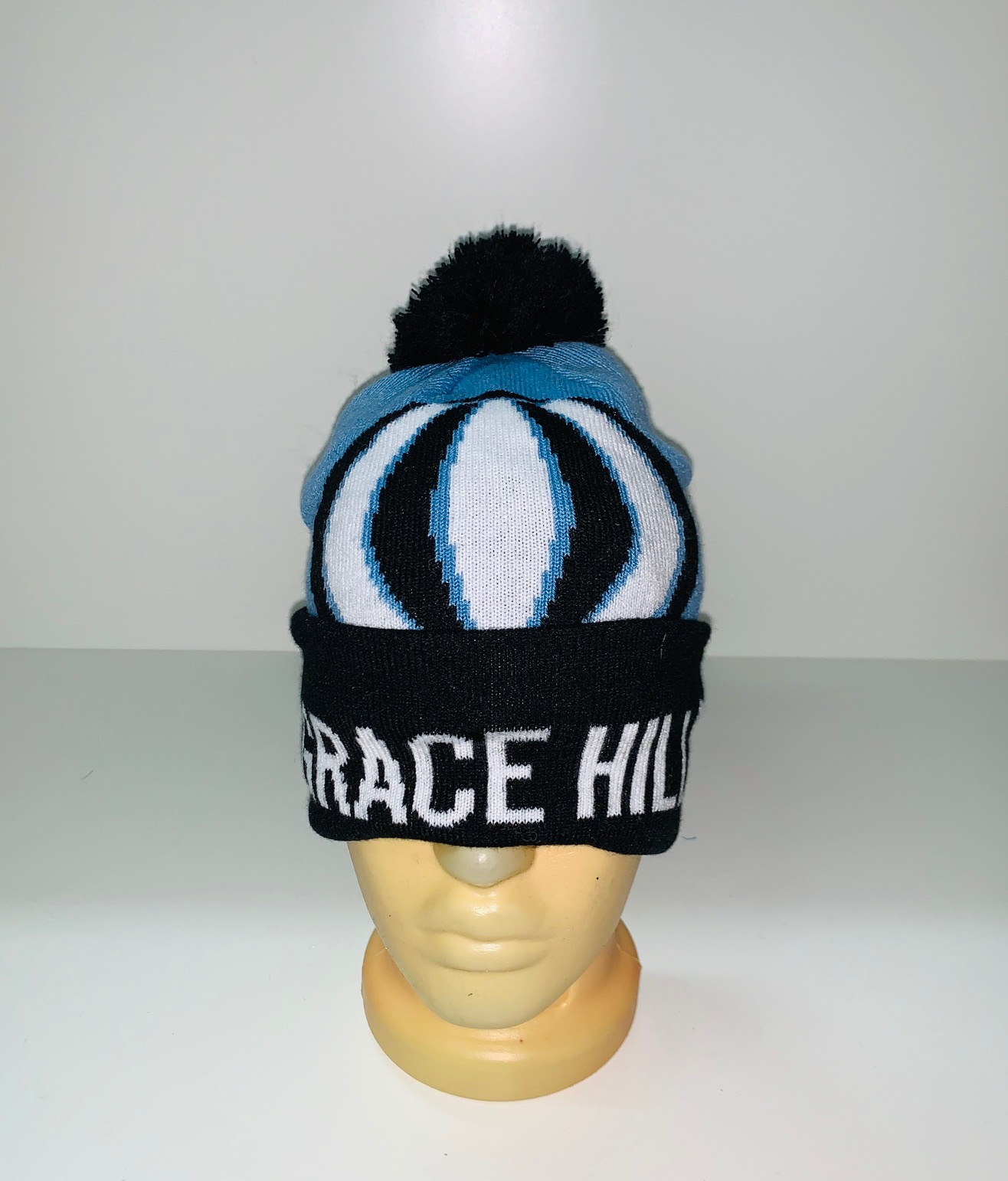 Черно-голубая шапка с помпоном