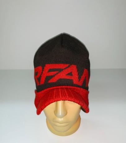 Черно-красная шапка с козырьком