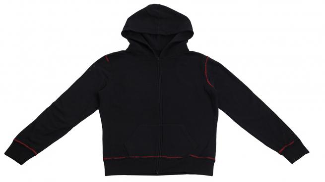 Черное худи с контрастной строчкой – популярная молодежная модель