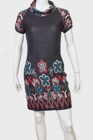Черное приталенное платье с цветочным принтом