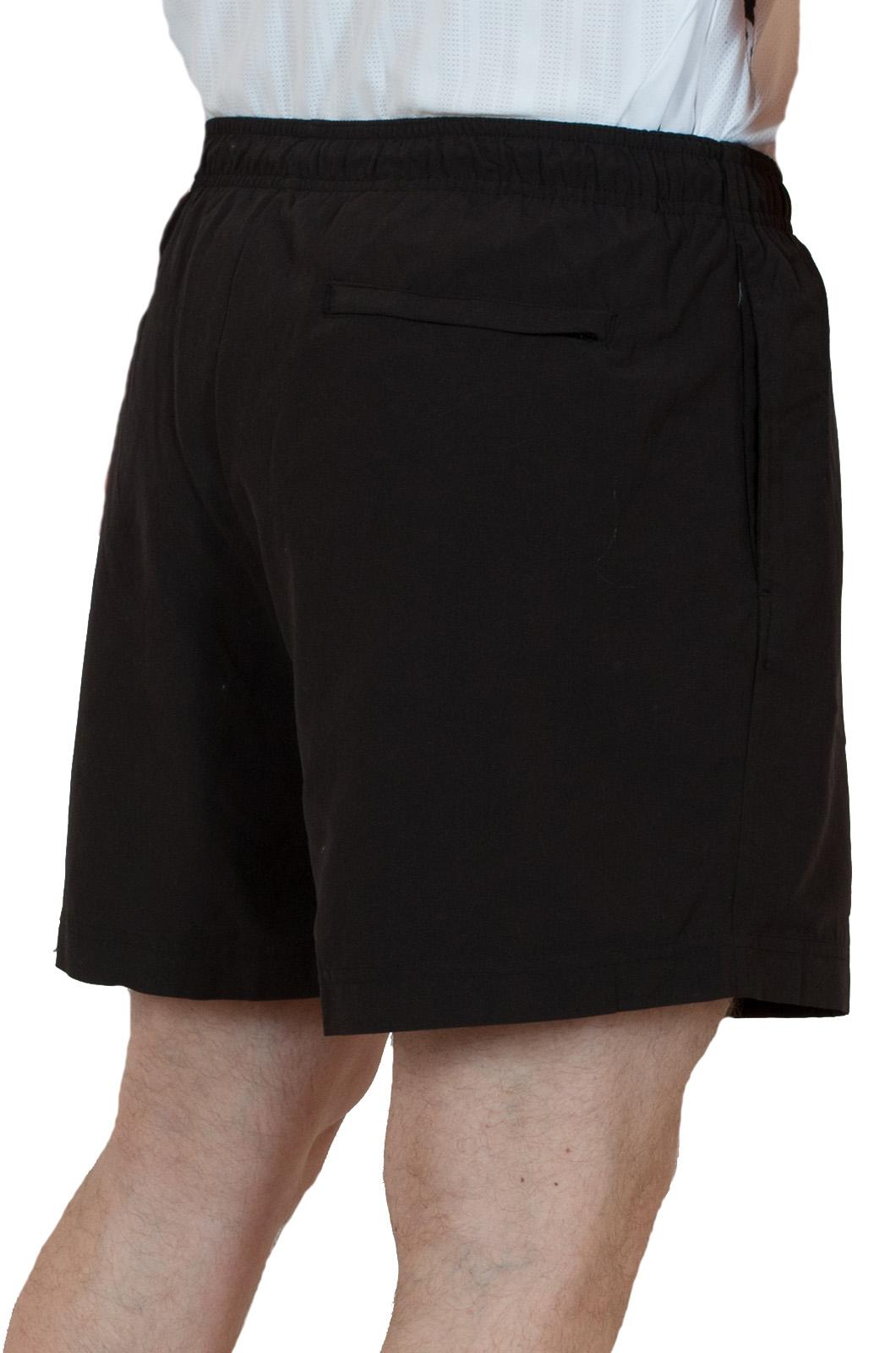 Черные теннисные мужские шорты - вид сзади