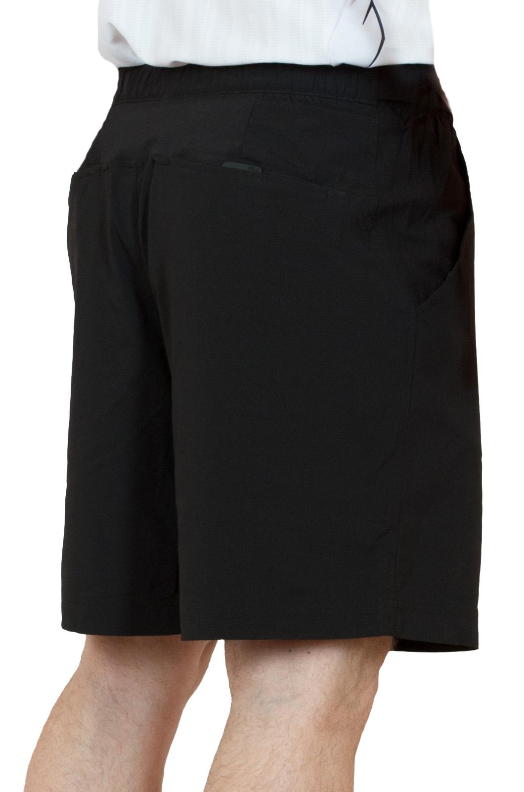 Черные спортивные шорты для мужчин - вид сзади