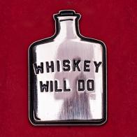 """Дизайнерский значок от Bridge & Burn """"Немного виски сделает твой день"""""""