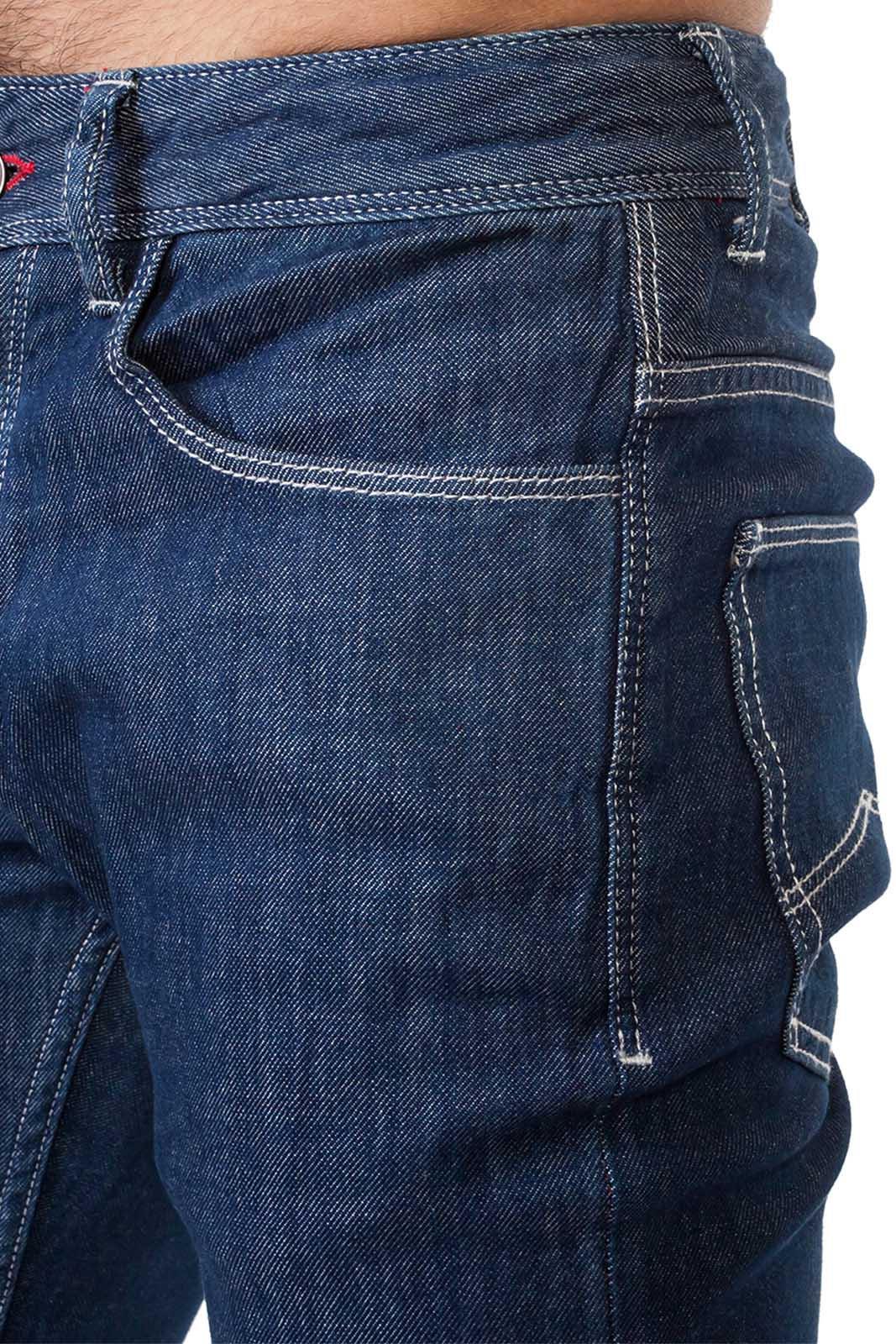 Синие мужские джинсы с белыми строчками.