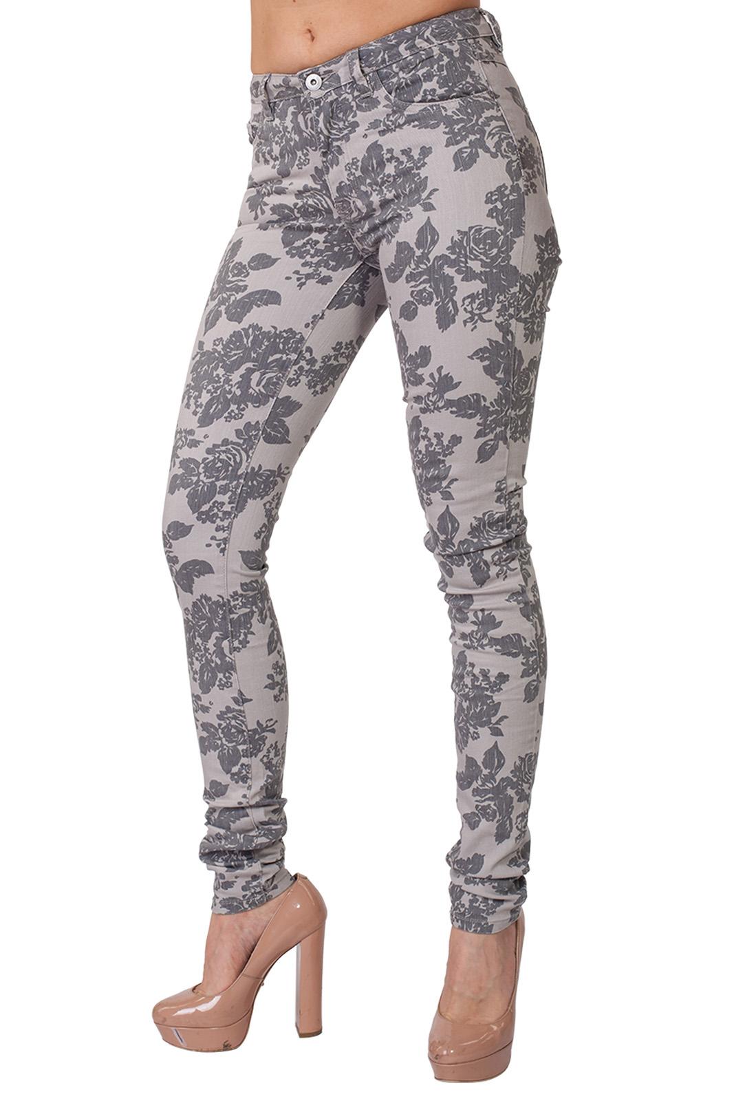 Эффектные женские джинсы VILA с цветочным принтом.